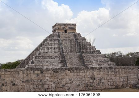 Mayan pyramid, Chichen-Itza, Mexico ancient building Maya Pyramid, Chichen-Itza, Mexico