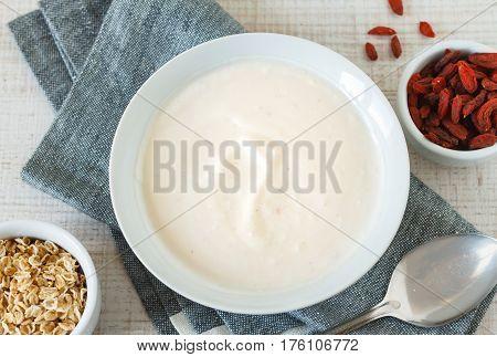 Greek yogurt with goji berries and oats