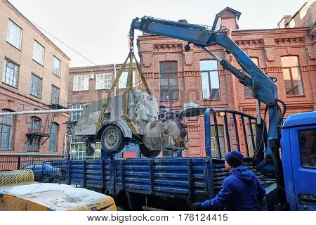 the manipulator loads the concrete into the body