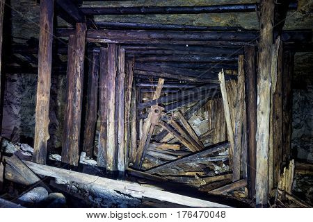 Collapse in the mine with wooden fittings