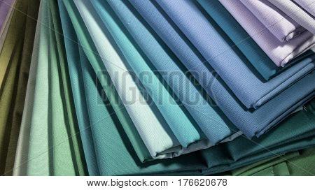 Muestrario de tela apilada en diferentes coloras