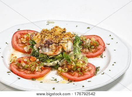 Ensalda de Pulpo con ajo frito y rodajas de tomate