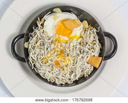 Gulas con Huevo frito estrellado en sarten