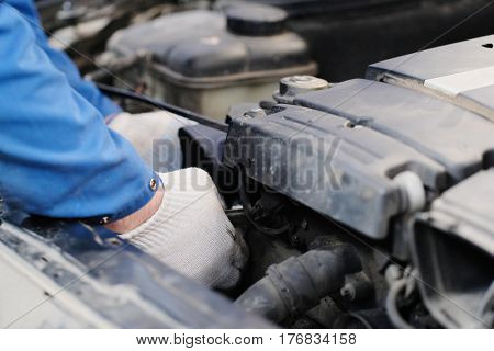 Worker repairs a car engine