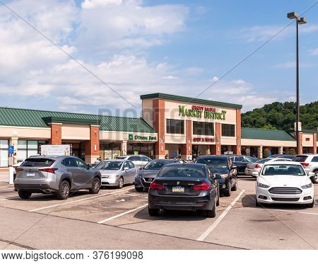 Pittsburgh, Pennsylvania, Usa 7/12/20 The Giant Eagle Grocery Store And Parking Lot In The Waterwork