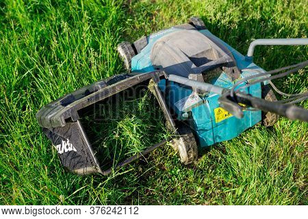 Electric Lawn Mower Makita. Container With Mown Mown Grass Removed From The Lawn Mower. The Green La