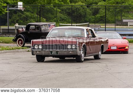 Fairhaven, Massachusetts, Usa - July 4, 2020: Lincoln Continetal Convertible Passing Fort Phoenix Du