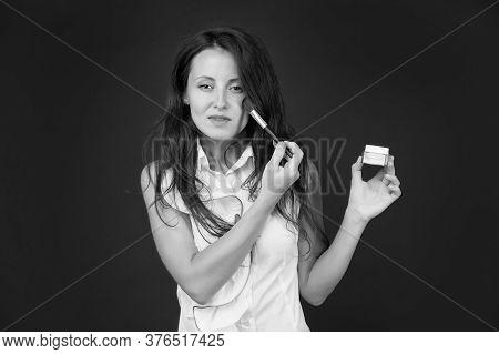 Makeup Tutorial From Beauty Expert. Professional Make-up Artist Tutorial. Sensual Girl Apply Powder