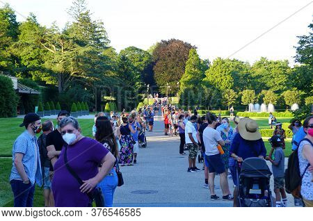 Kenneth Square, Pennsylvania, U.s.a - July 14, 2020 - A Large Crowds Wearing Mask Waiting In Long Li