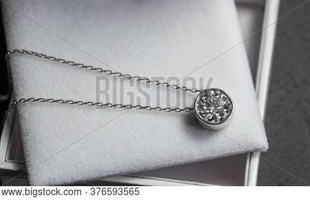 Luxury Gold Pendant Necklace With Round Cut Diamond