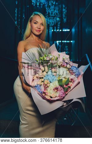 Pretty Woman Got A Presents For Her Birthday Party And Flowers To Take A Good Picture. Wearing Styli
