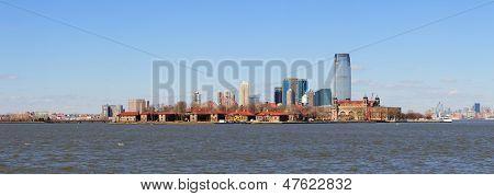 Panorama de horizonte de Hoboken de Nueva Jersey sobre el río Hudson con rascacielos y un cielo azul claro visitaron fro