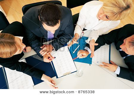 Teamwork - discussion in the office
