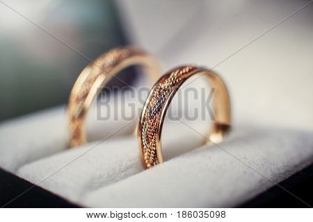 Wedding rings with a wicker pattern in the casket
