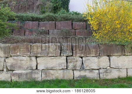 a wall out of big calcareous sandstone stone
