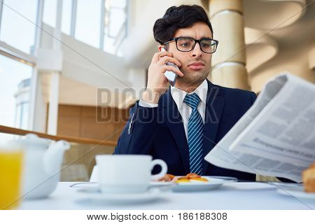 Trader reading breaking news after having snack