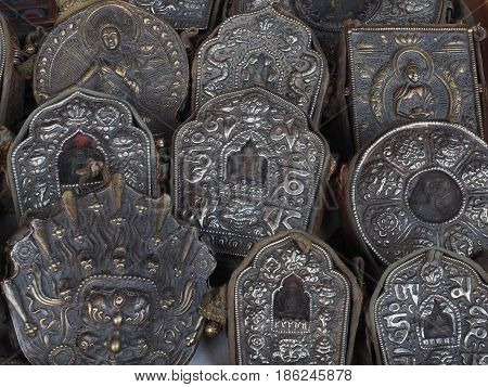A lot of metal precious artifact with the election of chasing Buddhist subjects in the middle of a Buddha figure ancient religious cult objects Tibet.