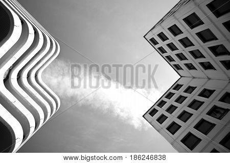 symetrie des lignes de batiments en monochrome