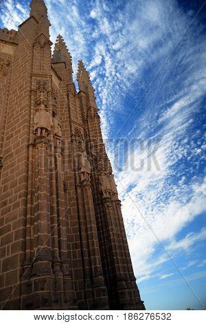 Convento centenario de San Juan de los Reyes en Toledo, España con cielo dramático