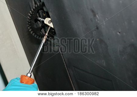 Use Four-pointed Screwdriver For Gear Machine Maintenance.