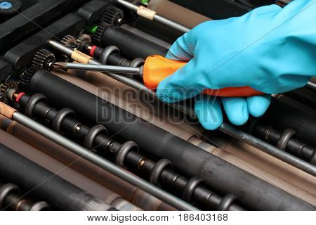 Use Four-pointed Screwdriver For Rubber Roller Machine Maintenance.