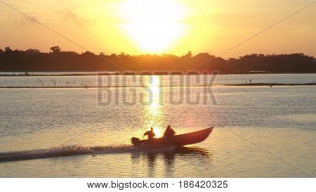 Um nascer do Sol com um barco