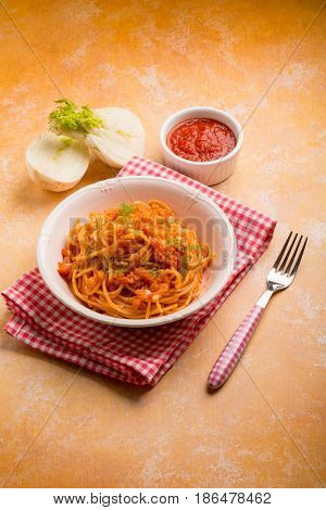 spaghetti with fennel and tomatoes sauce