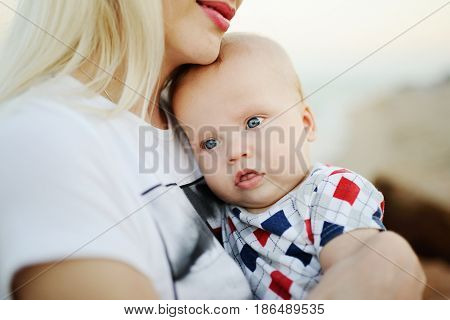Mum is holding a child in the arms of the sea