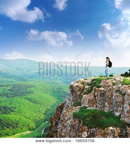 Menina no pico da montanha. Composição da paisagem.