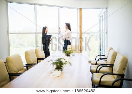 Business Woman Give Job Instructions To Subordonates Woman In Modern Office
