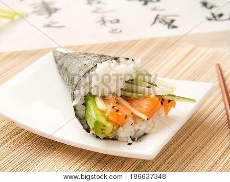 Entrante japonés. Temaki de salmón y aguacate. Japanese starter. Temaki of salmon and avocado.