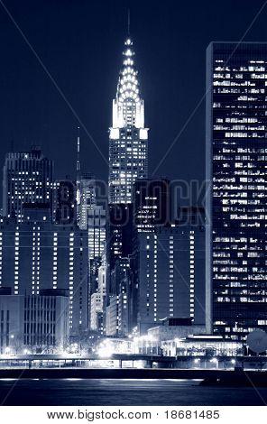 Skyline de Manhattan Midtown en la noche, Nueva York