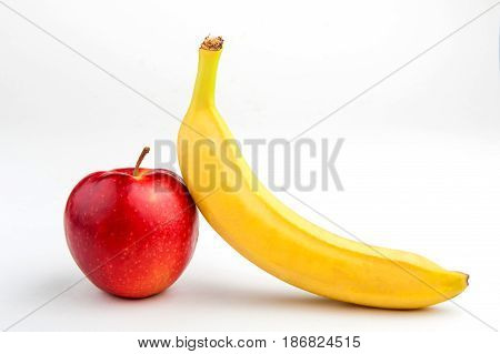 банан и яблоко на белом фоне, диета с фруктов