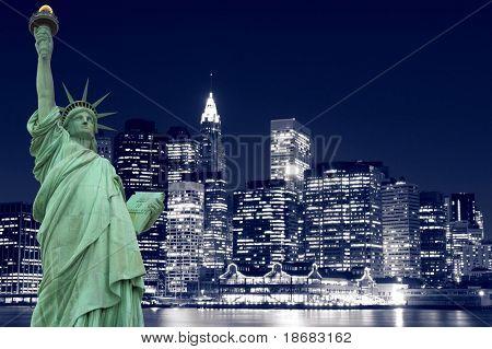 Статуя свободы и Манхэттена горизонты в ночное время, Нью-Йорк