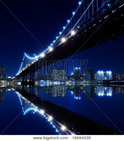 Skyline von New York und Manhattan Bridge bei Nacht