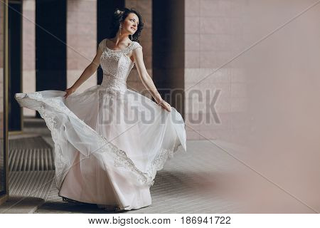 Bride stands at the high columns and dance