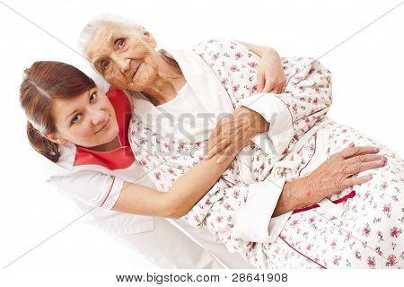 medizinische Versorgung für eine alte Frau