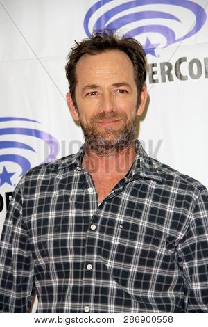 Luke Perry arrives at the