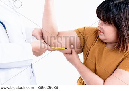 Fat Asian Woman Use The Hand To Grab The Excess Fat In The Upper Arm, Which She Consulted With A Doc