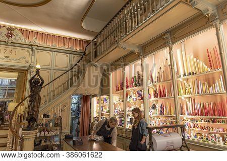 Barcelona, Spain - November 23, 2019: Many Tourists Visit Barcelona For A Shopping Weekend. Cereria