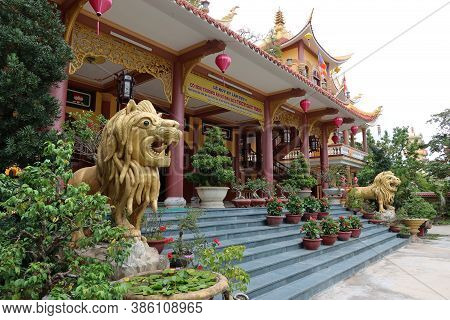 Hoi An, Vietnam, September 20, 2020: Access Stairs With Lions On The Sides Of The Tinh Xá Ngoc Cam T
