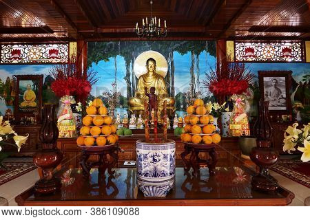 Hoi An, Vietnam, September 20, 2020: Altar With Offerings Of Oranges In The Main Hall Of The Tinh Xá
