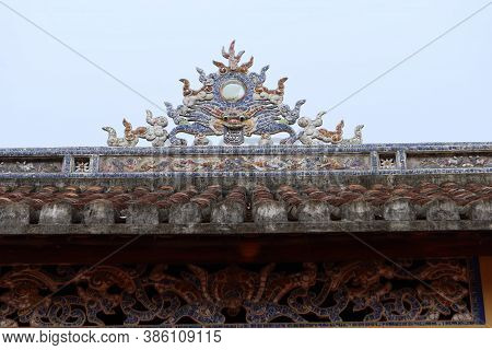 Hoi An, Vietnam, September 20, 2020: Decoration On The Roof Of The Temple In The Backyard Of The Van