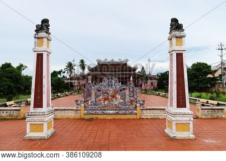 Hoi An, Vietnam, September 20, 2020: Columns And Decorated Wall In The Courtyard Of The Van Mieu Con