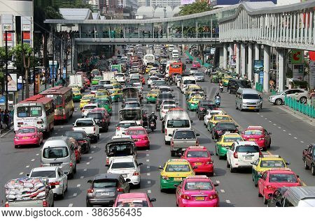 Pathumwan, Bangkok, Thailand, Feb 1, 2018: A Lots Of Cars In Ratchadamri Road On Front Of Central Wo