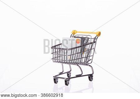 St. Louis, Mo, Usa - Sep 1, 2020: Platinum Credit Cards Visa And Mastercard On Supermarket Cart Isol