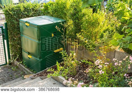 Compost maker bin for  recycle kitchen, yard and garden scraps. Composter for small gardens.