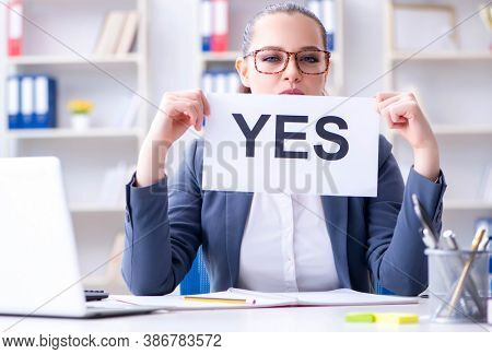 The businesswoman with yes message in office