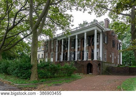 Nyc / Usa - August 7 2020: Back Of Admiral\\\'s House In Governors Island. Old And Abandoned Buildin
