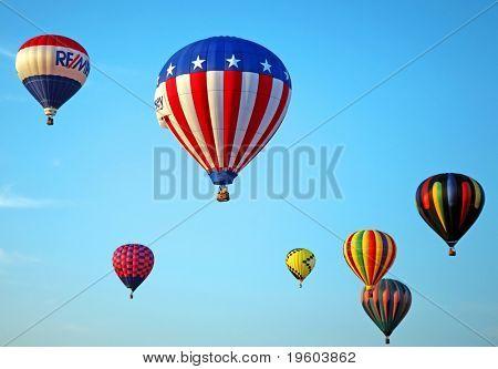 Whiteshouse Bahnhof, nj 25. Juli: Heißluftballons zu fliegen, während die 26th jährlichen Heissluft-Ballon Festiva